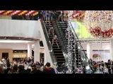 Танцы а-ля бикини в Киевском торговом центре.  Красочно и масштабненько...