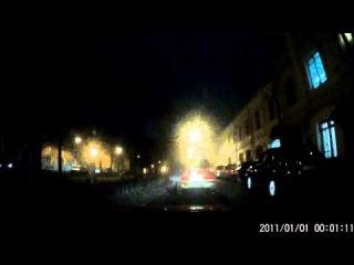 Женщины за рулем: Автоледи включила аварийку и пошла за сумочкой в багажник