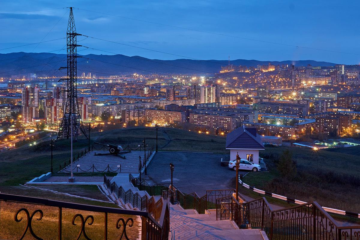 Сегодня встретила рассвет с Караульной горы, необычайно красиво и романтично)