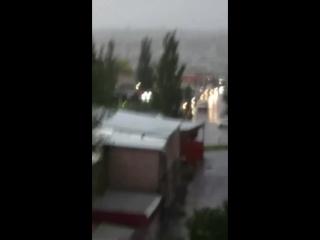 Дождь по лужам, дождь по крышам,Дождь возьми печаль повыше,Раствори в холодных каплях,Чтоб хотелось меньше плакать...