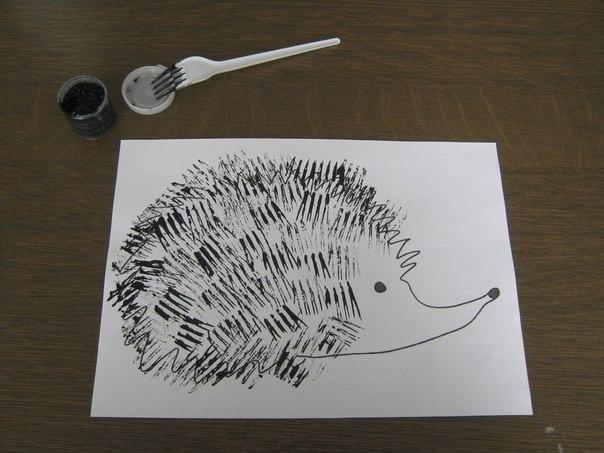 КАК НАРИСОВАТЬ ЕЖИКА ВИЛКОЙ Иногда бывает очень скучно использовать предметы по назначению и хочется сделать все наоборот. Значит, пора взять для занятий с малышом пластиковую вилку и… рисовать ею. Например, можно нарисовать прическу ежику. Для этого нарисуйте контуры зверька или распечатайте. И затем, обмакивая зубчики вилки в краску, нужно ставить отпечатки там, где должны быть иголки. Экспериментируйте с направлением, частотой и цветом иголок. Пусть на стенах детской появятся множество…
