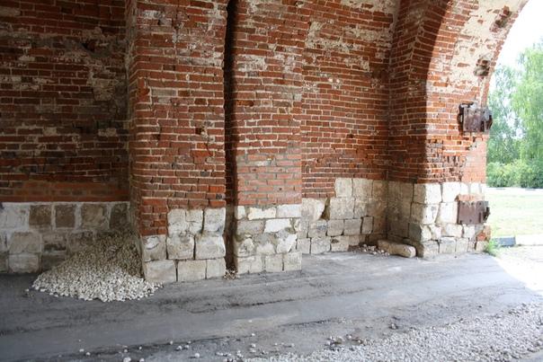 Внутри Егорьевской башни сняли ворота, видно какой-то строительный шов и гору щебня (фи).