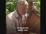 Бандурист играет украинские народные песни в центре Ялты