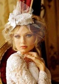 Украшение для прически невесты: кружевная свадебная шляпка с вуалью.