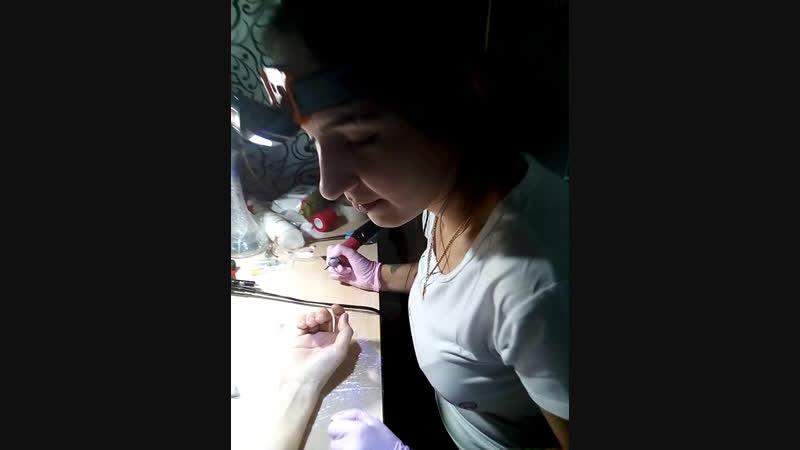 татуировка паука на татуировке руки на руке