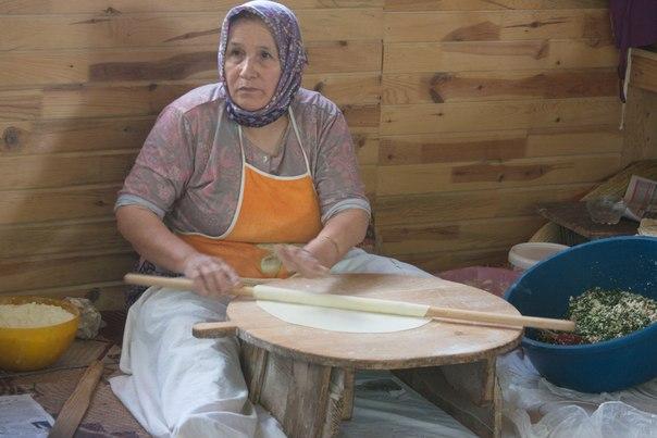изготовление лепешек в придорожном кафе