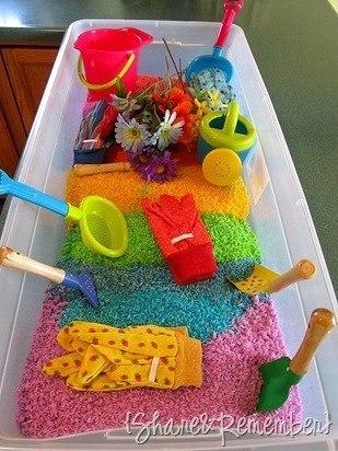 Игра с песком полезна и увлекательна. Но где же найти песочницы зимой в нашем климате? Отличная идея: делаем домашнюю песочницу, используя окрашенные рис, манку, крупы. Попробуйте!
