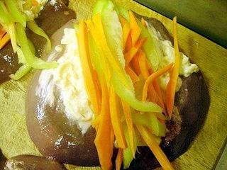 Рулет из печени с овощами