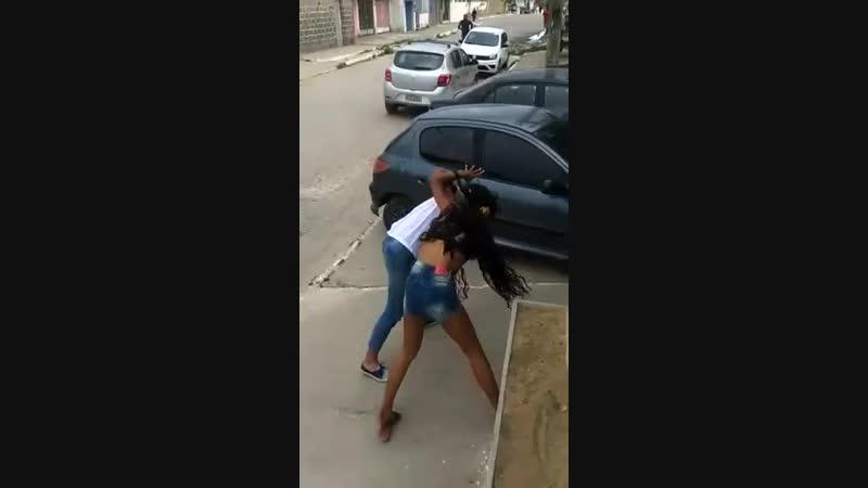 Briga de meninas porque uma não gosta da outra youtube