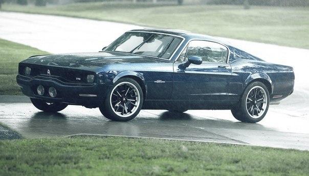 Equus Boss 770  Двигатель: от Corvette ZR1 V8 6,2L Мощность: 640 л.с. Крутящий момент: 819 Нм Коробка передач: МКПП 6 ступеней Привод: задний Разгон до сотни: 3,4 сек Максимальная скорость: 320 км/ч