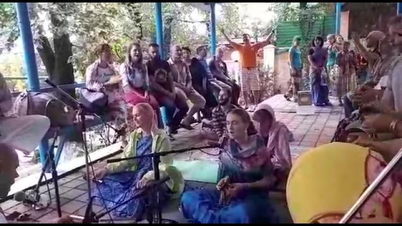 Нектарный киртан в беседке Нрисимха Шалаграма прабху 💫