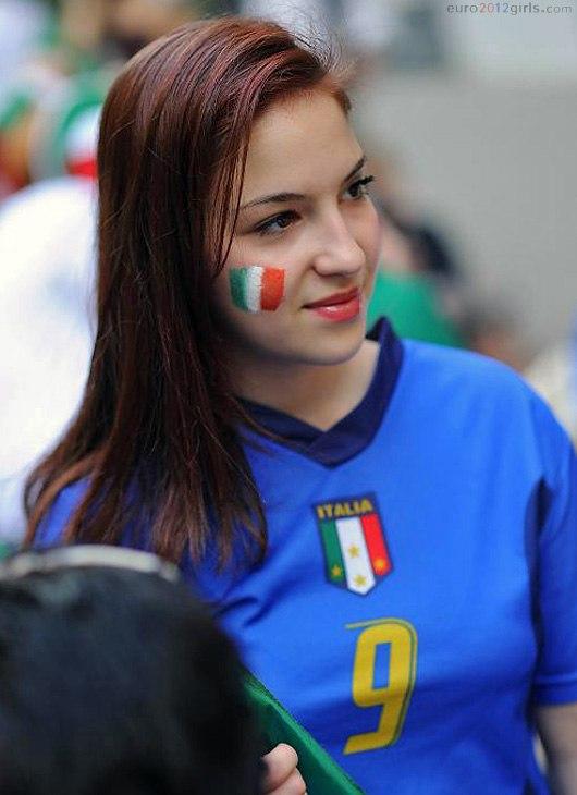Девушки футбольные болельщицы на Чемпионате Европы 2012, Италия