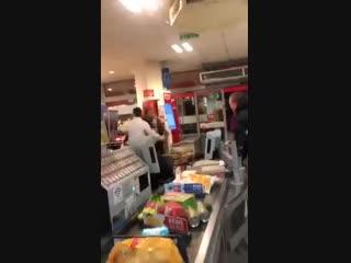 """Neulich im supermarkt """"fachkraft"""" randaliert – einem kunden"""