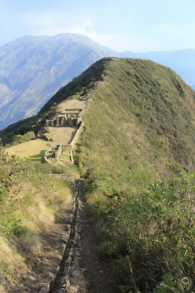 Золотая колыбель Чокекирао Чокекирао (Choquequirao) - это второй затерянный город Инков после Мачу-Пикчу. С языка кечуа Чокекирао переводится как Золотая колыбель. По своей значимости этот