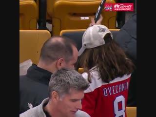 Александр Овечкин подарил клюшку юной болельщице