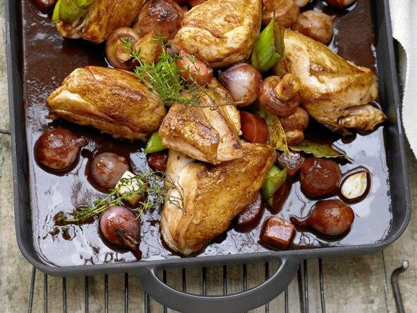 тушеная курица в красном вине с луком шалот, шампиньонами и травами 1 набор овощей для супа (корень сельдерея, морковь, лук-порей, петрушка) 12 шт лука шалот 5 зубчиков чеснока 4 веточки тимьяна