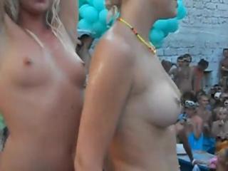 Конкурс мокрых сисек на пати с молодыми русскими девочками, натуральные сиськи не порно секс вписка голые девки