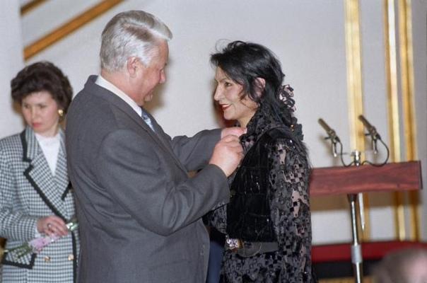 """Борис Ельцин вручает награду так называемому """"экстрасенсу"""" Джуне Давиташвили,"""