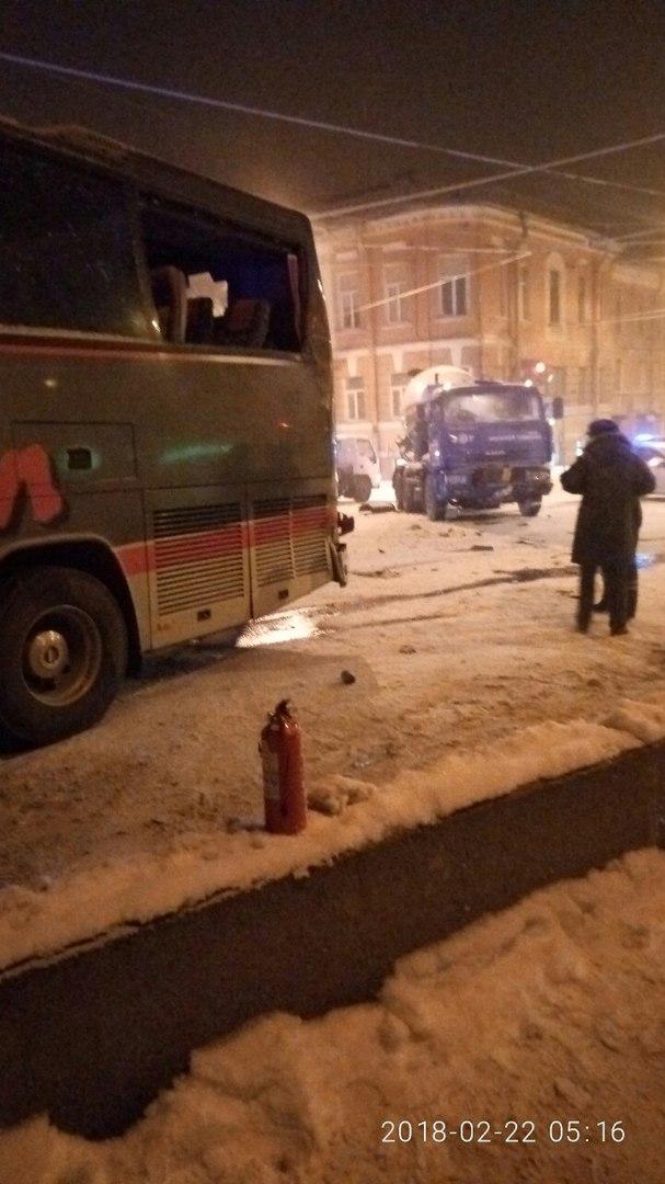 Водитель автобуса серьезно пострадал в ДТП с грузовиком в Петербурге. Фото