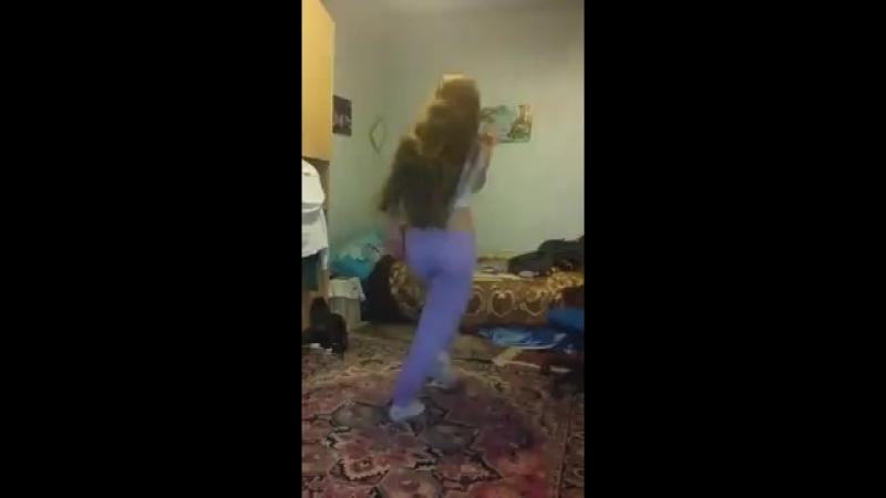 Школьница танцует на камеру