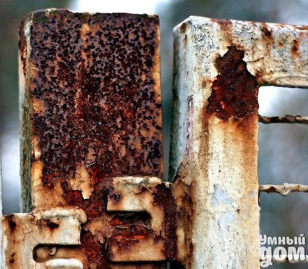 Как вывести ржавчину с одежды Метод №1: смешиваем обычную кухонную соль и столовый уксус до образования густой сметанообразной массы. Затем полученную пасту наносим на грязное место и выдерживаем 30 минут. Потом нанесенная субстанция смывается теплой водой, а вещь стирается обычным способом Метод №2: плотная бумажная салфетка складывается в несколько слоев и ложится под изнанку пятна. Затем поверх загрязненного участка одежды наносится соль и втирается сок свежего лимона. После сверху…