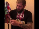 Александр Емельяненко показывает выигранные медали за любительскую карьеру