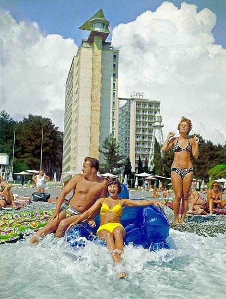 На фото: отдыхающие на пляже Пицунда. Автор: Никола1 Рахманов, Грузинская ССР, 1982
