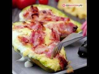 Запеченное авокадо с яйцом