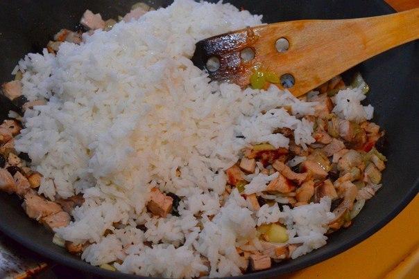 Рис с бужениной Время приготовления: 25 минутЧто нужно: Рис готовый 3 чашкиБуженина 500 гЛук 1 шт.Изюм 2 горстиСоус соевый 100 млПерец черный молотый по вкусуМасло растительное 1 ст. л.Яблоко