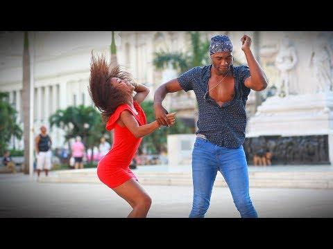Salsa cubana: Los Van Van - Amiga Mía de Lisandra y Victor en Parque Central de La Habana, Cuba