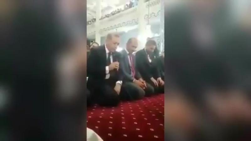 Le Reis Erdogan prie à la mosquée