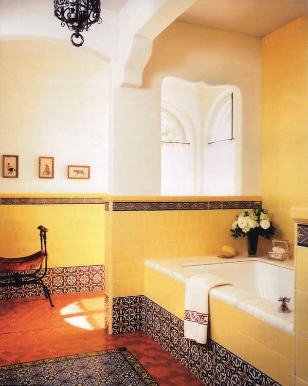 В ванных комнатах, облицованных плиткой, с мраморной верхушкой, подобранной в этой солнечной восстановленной ванной комнате, появилась возможность облегчить очистку, устраняя частички пыли, скрывающиеся под поддоном.