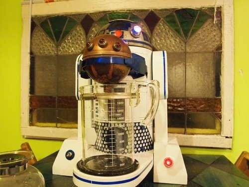 Дроид R2-D2 варит кофе
