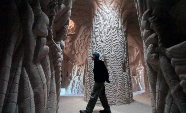 25 лет в полном одиночестве он создавал подземный сказочный мир: