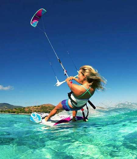 В кайтсерфинге, большие кайты используются, чтобы тянуть доски, похожие на доски для серфинга.