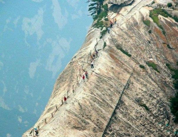 Эта тропинка в Китае — самый опасный маршрут в мире: ↪ Круто! Аж душа в пятки!