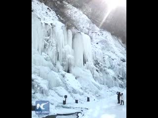 Чудо природы – замерзший водопад в провинции Цзилинь!