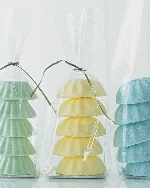 КАК СДЕЛАТЬ ШИПЯЩИЕ БОМБОЧКИ ДЛЯ ВАННЫ  Этот универсальный недорогой подарок для родственников, друзей и знакомых можно сделать самостоятельно!  Поэкспериментируйте с цветами и ароматами. Добейтесь удачных сочетаний. Приготовьте свои, уникальные, сделанные с любовью маленькие сувениры!  Что потребуется:  сода кукурузный крахмал лимонная кислота.