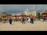 Клубный танец Hella Decale отеля Les Colombes на пляже