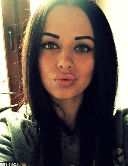фото красивых девушек брюнеток в спортзале