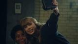 テイラー・スウィフト、チェキで自撮り Taylor Swift takes a selfie with Cheki 富士フイルム instax新TVCM『Now or never.』篇