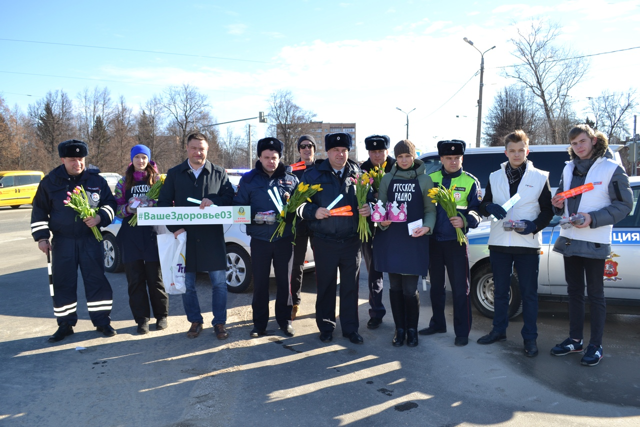 Сотрудники полиции УМВД России по Коломенскому г.о. провели акцию «Цветы для автоледи»