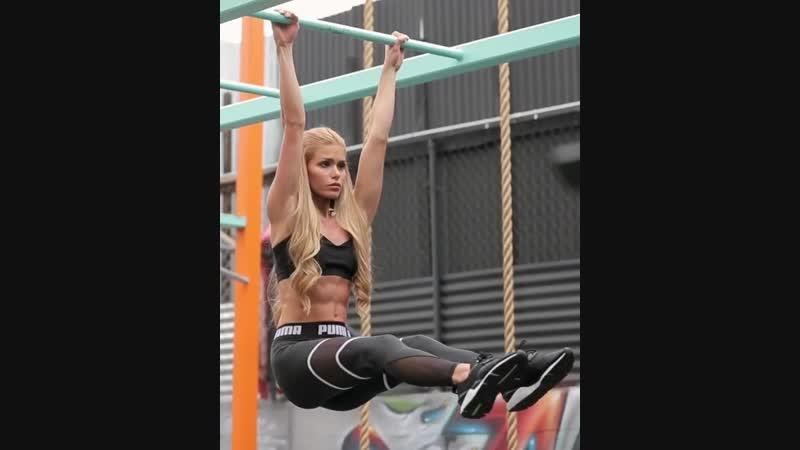 Красивая сексуальная девушка показала спортивное тело и его возможности. Супер мотивация, фитоняшки, фитнес модель девочка спорт