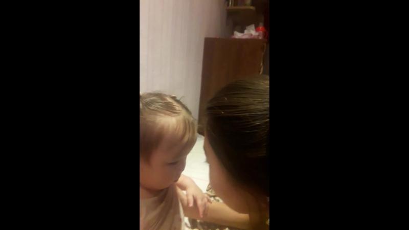 Айгуля с Лилианой целуются Лилиане 1 годик