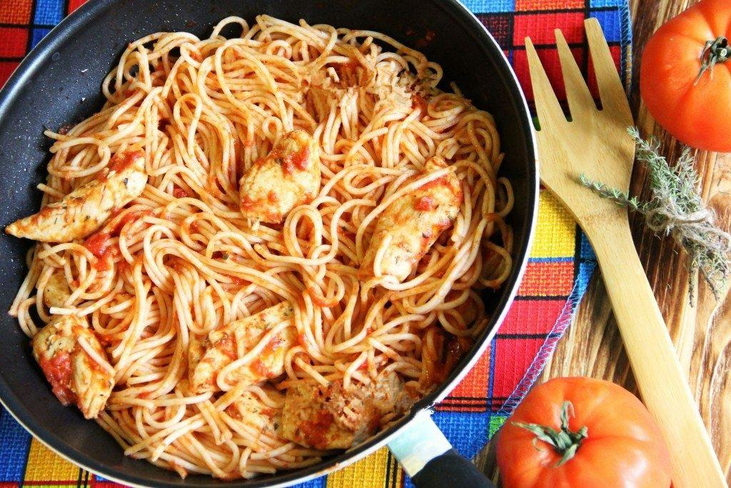 Аппетитная куриная грудка с помидорами на сковороде.