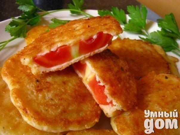 Жареные помидоры в сырном кляре. Попробуйте! Ингредиенты: -4 крепких плотных помидора -сушеная молотая паприка -чеснок молотый или свежий, натертый на мелкой терке -черный или красный молотый перец -150 гр. твердого сыра -майонез или сметана — 2 ст. ложки -яйца — 2 шт. -растительное масло для жарки Приготовление: Помидоры помыть, опустить на несколько секунд в кипяток, снять кожицу. Нарезать кружочками, посыпать паприкой, чесноком, черным или красным перцем на Ваше усмотрение. Делаем кляр:…