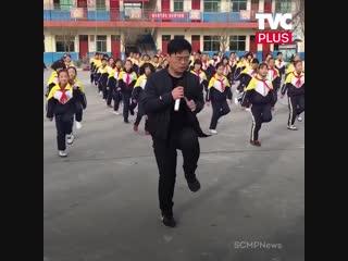 Танцевальный флешмоб в школе