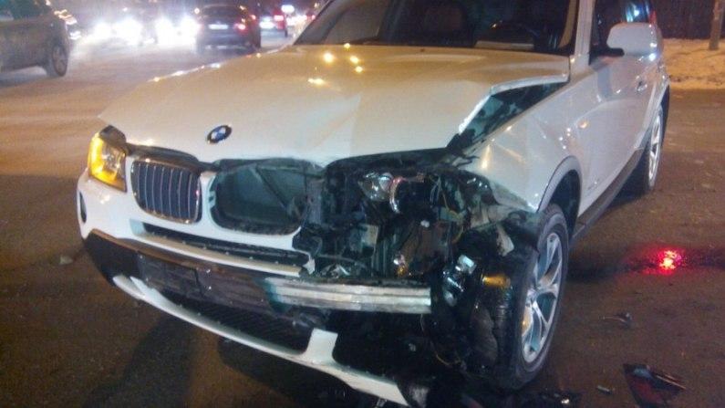 В Томске BMW врезался в Nissan, который выехал на тротуар и сбил пешехода