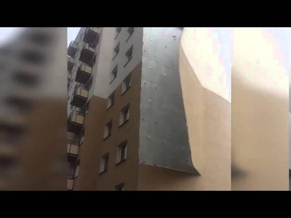 Ветром оторвало фасад дома