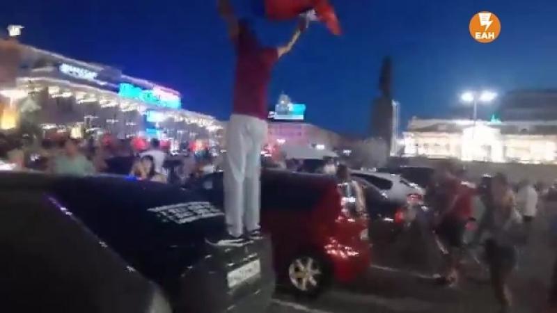 Болельщики беснуются на улицах после матча смотреть онлайн без регистрации